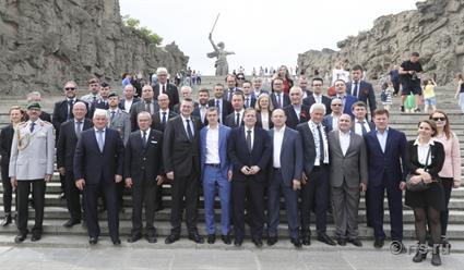 Начальники РФС иDFB возложили цветы вЗале воинской славы вВолгограде