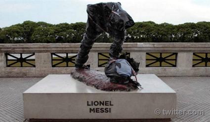 Вандалы разбили статую Месси вБуэнос-Айресе
