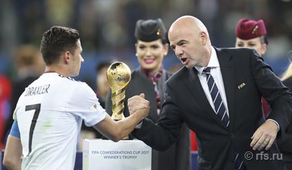 Чилийские футбольные фанаты не вмещаются вметро Петербурга