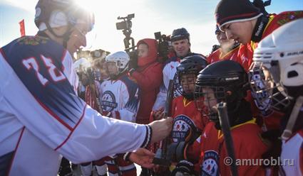 Хоккейный матч впервый раз прошел нальду Амура награницеРФ и Китайская народная республика